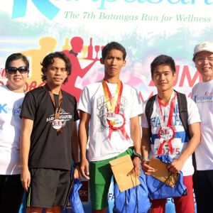 10k Male Category (from left) Ms. Lalaine Manalo Tertiary School Director, FAITH, Dean college of Business and accountancy, 3rd placer Rosal Sacil, 1st placer Arjay Calatong, 2nd placer Archie De Guzman and Mr. Juan P. Lozano Executive Director, FAITH.